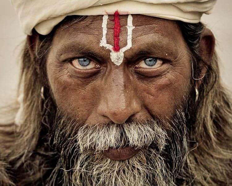 santone indiano yogi con gli occhi azzurri
