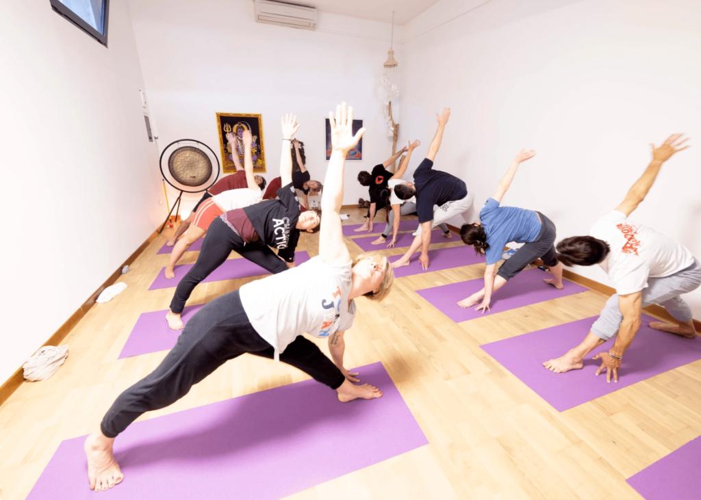 yoga-chi-siamo-foto-interni-posizioni-yoga-meditazione-benessere-fisico-niyan-centro-yoga-padova-ponte-di-brenta