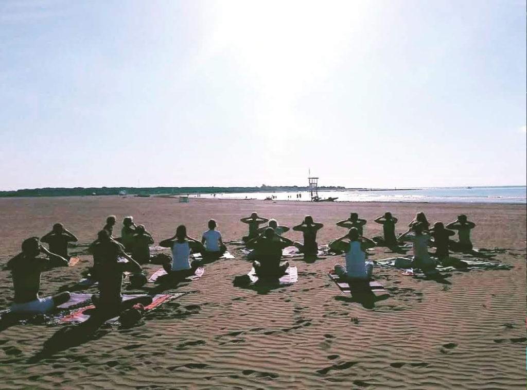 yoga di gruppo al mare